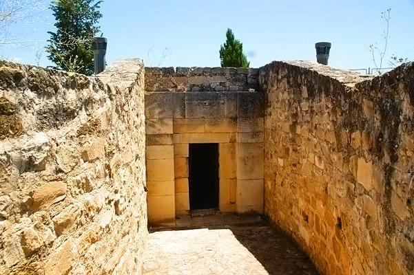 Resultado de imagen de Cámara sepulcral en Peal de Becerro